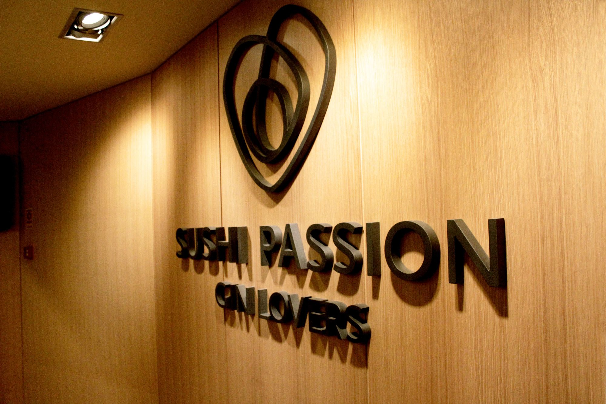 Logotipo na Parede do Restaurante Sushi Passion Gin Lovers